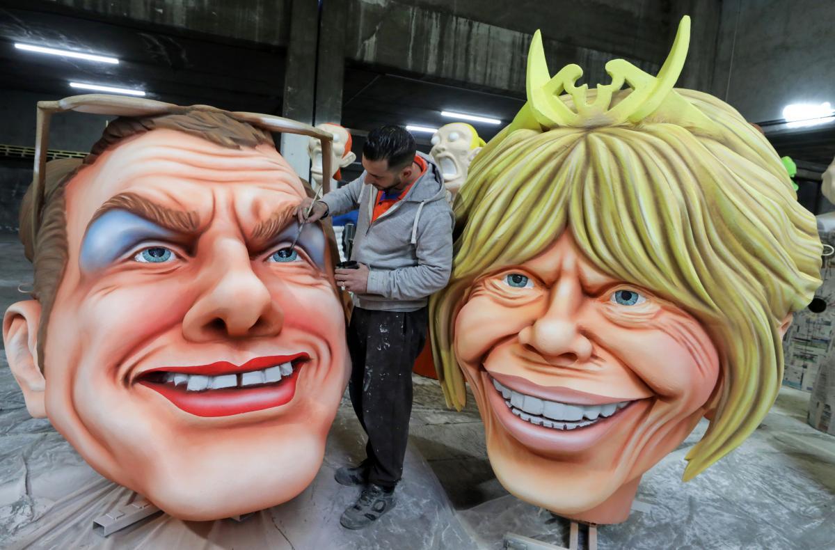 Куклы президента Франции Эммануэля Макрона и его жены Бриджит / Фото REUTERS
