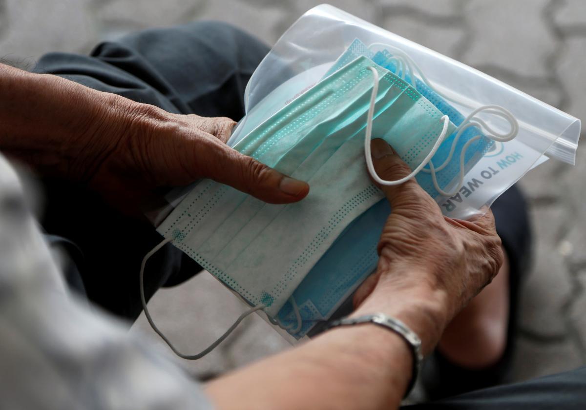 Закарпатье получило из Госрезерва 285 тысяч масок / фото REUTERS