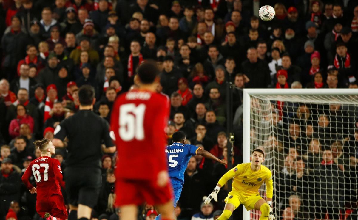 Автогол в матче Ливерпуль - Шрусбери Таун / REUTERS
