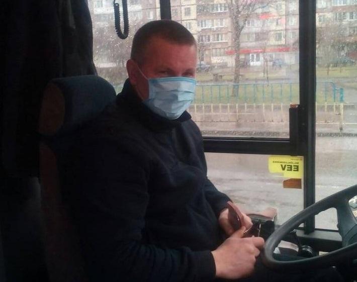 Водителям во время работы рекомендуется менять маски каждые три часа / фото Ивана Васючкова