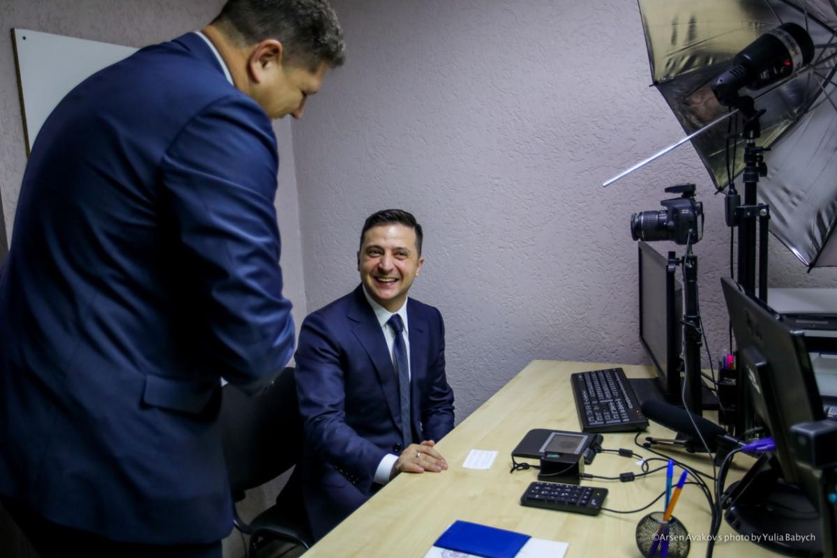 Зеленский получил ID-карту с электронной подписью / фото twitter/AvakovArsen