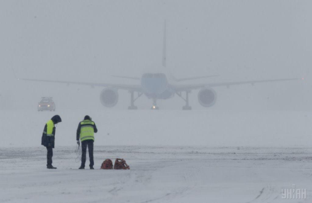 Аэропорт временно приостановил работу из-за осложнения погодных условий / фото УНИАН