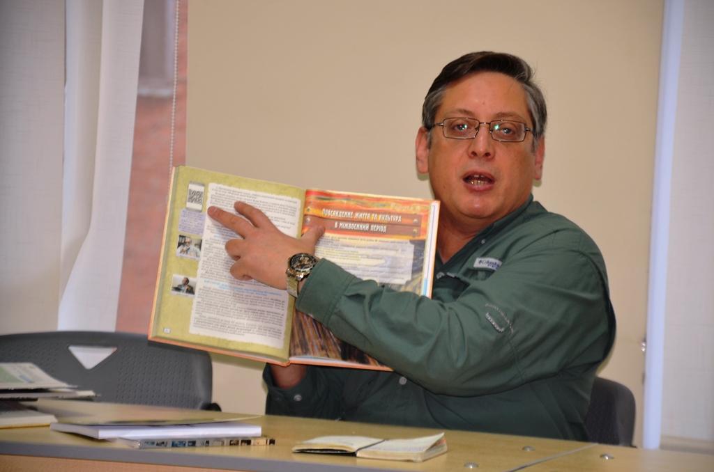 Ігор Щупак вирішив залишити Кіану Рівза для того, абипростежити, наскільки уважно читають підручники/ фото: facebook.com/igor.shchupak