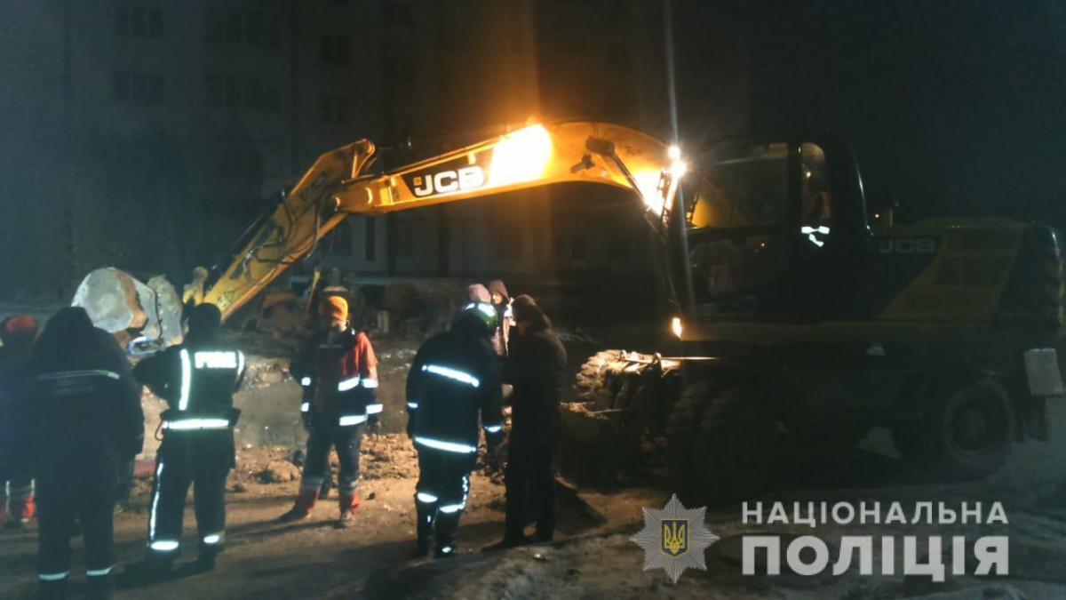 У Тернополі внаслідок зсуву ґрунту загинуло двоє робітників / фото Нацполіція