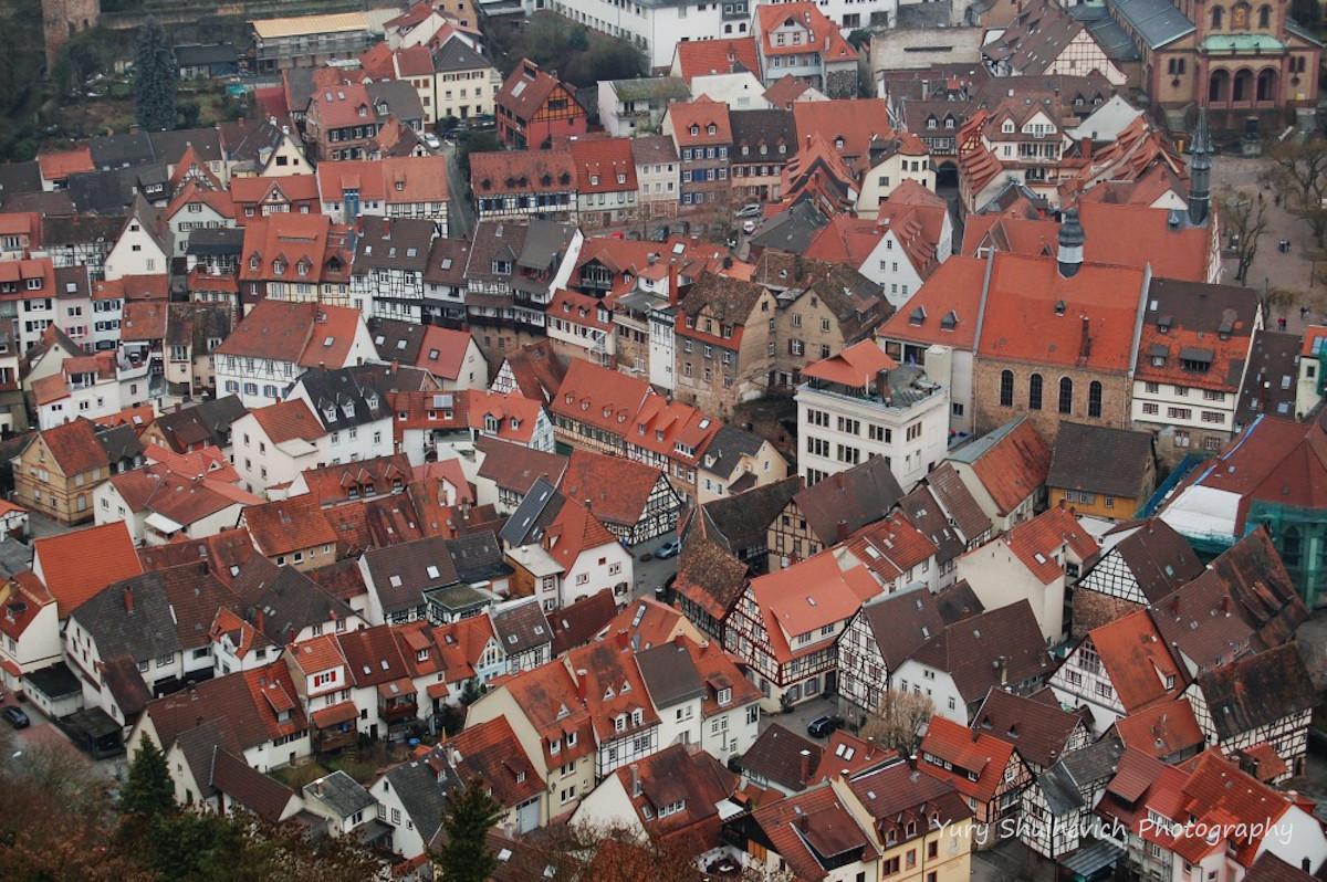 Фахверкові будинки з червоними дахами зачаровують / фото Yury Shulhevich