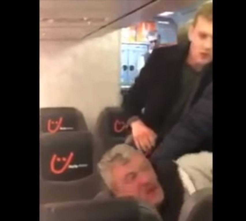 За деякими даними, п'яному пасажиру вибили кілька зубів / скріншот з відео