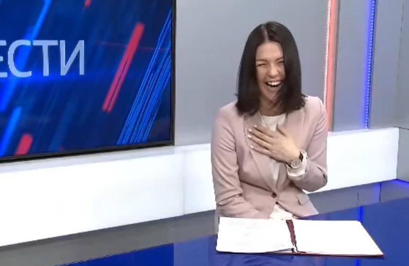Российская ведущая смеется над своим текстом для новостей / Скриншот с видео
