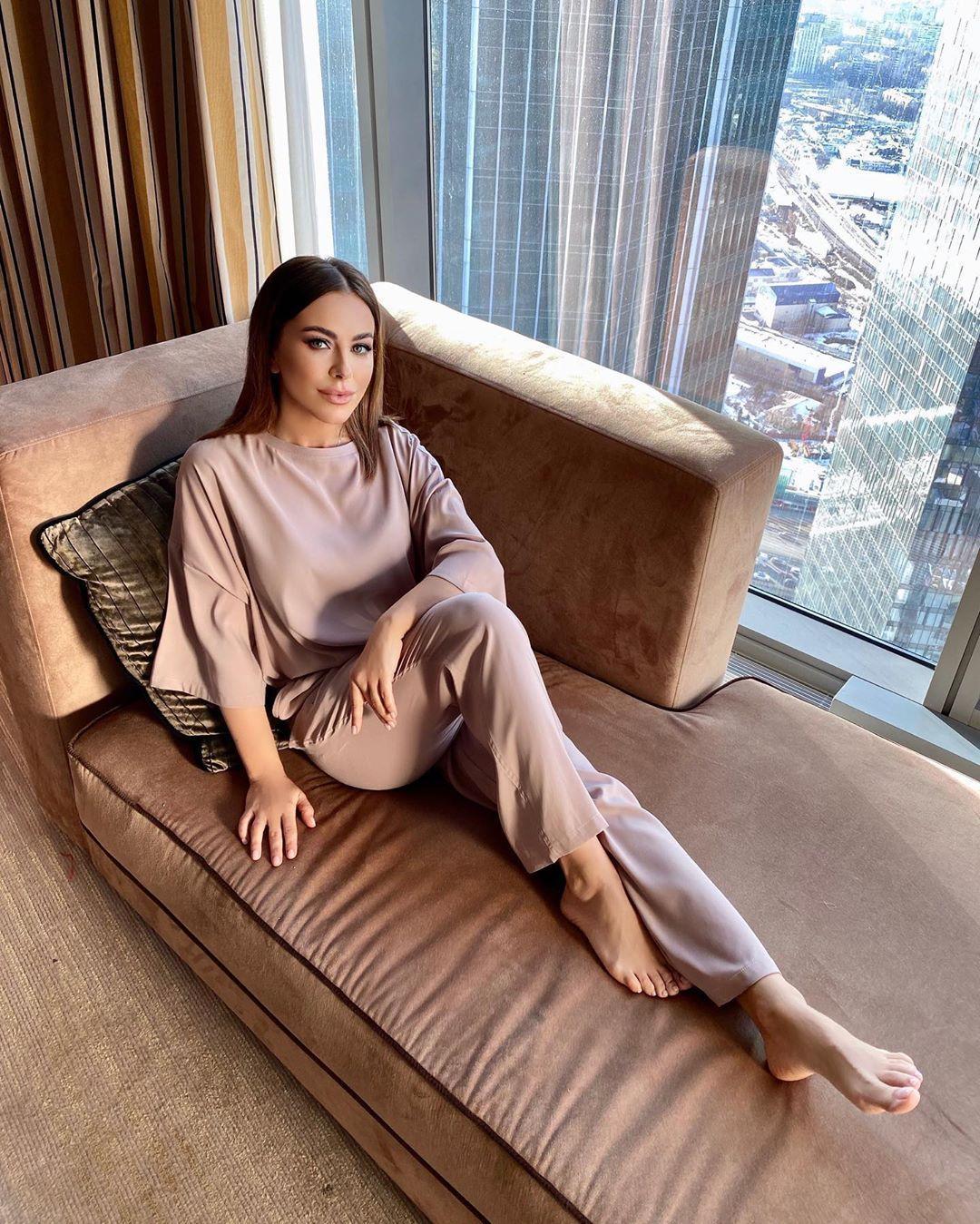Співачка сфотографувалася в домашньому костюмі кавового кольору / Instagram Ані Лорак