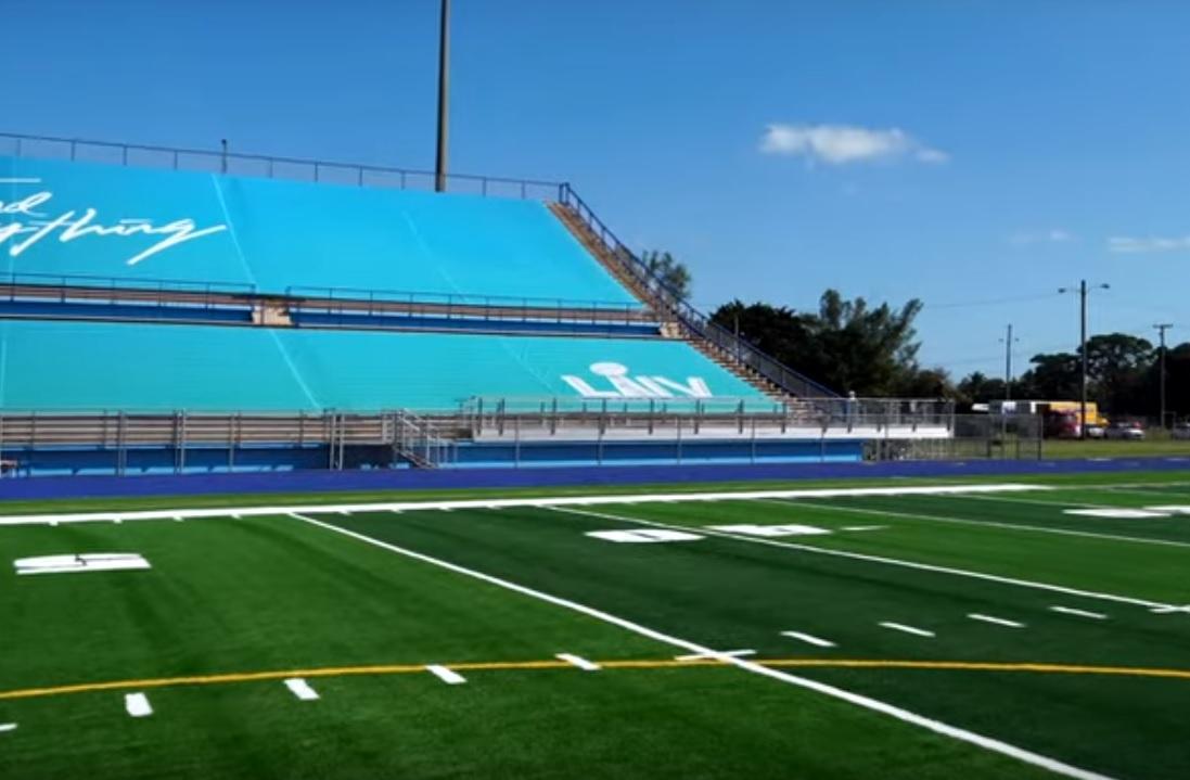 Покриття поля зроблено з переробленої спортивного взуття / Фото: скріншот відео