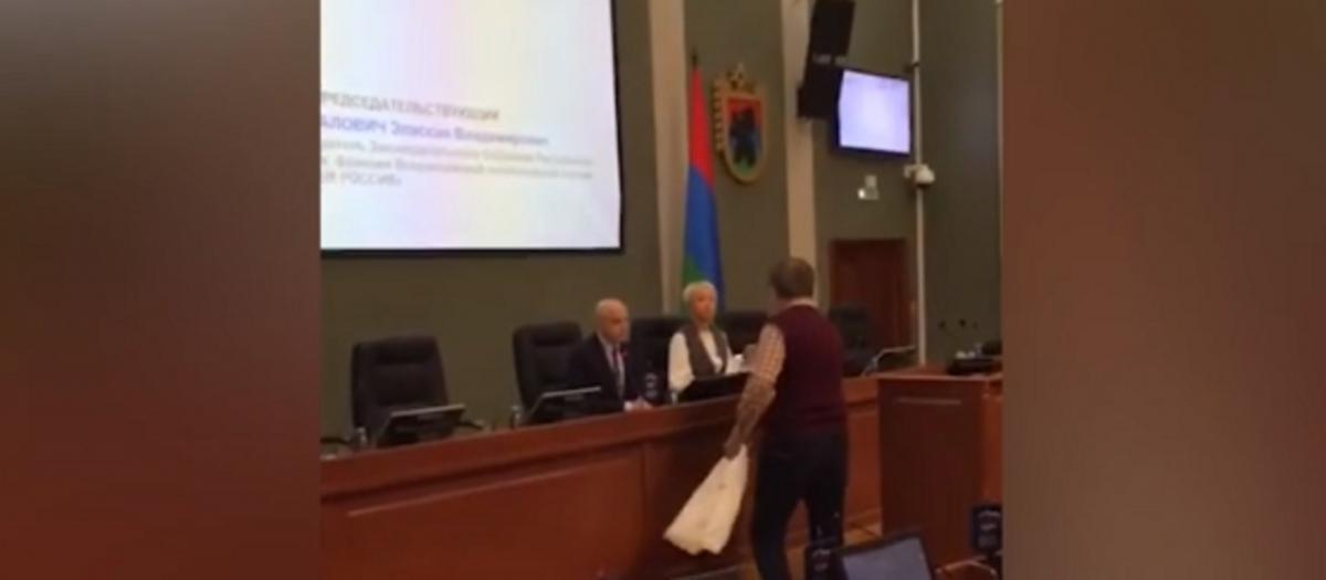 Во время своего выступления мужчина также упомянул пенсионную реформу России / Скриншот