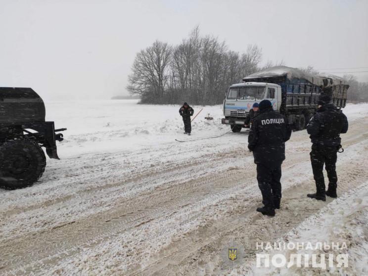 На Харківщині поліцейські визволили машину зі снігового полону / фото Нацполиция