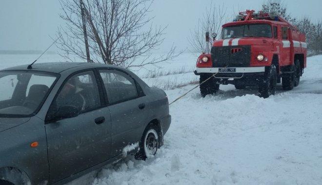 Рятувальники допомогли водіям автомобілів, які потрапили в снігові замети / фото ДСНС