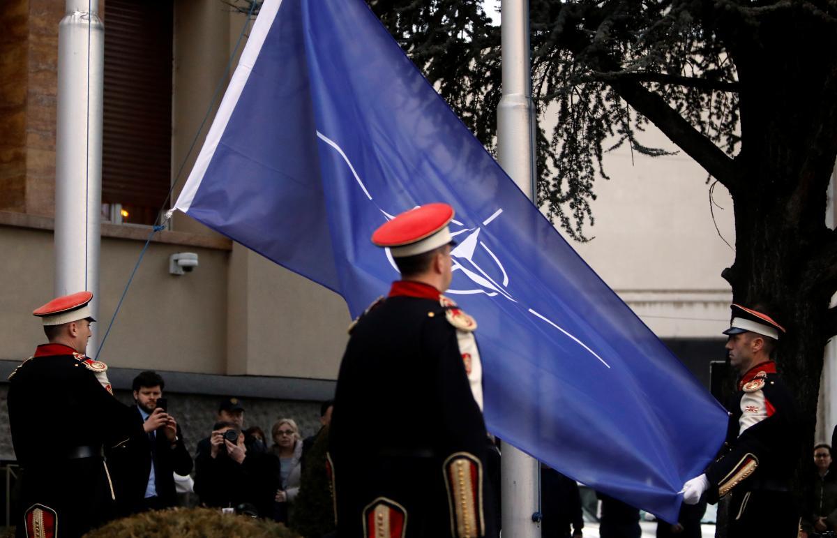 Церемония поднятия флага НАТО перед зданием парламента Северной Македонии / REUTERS