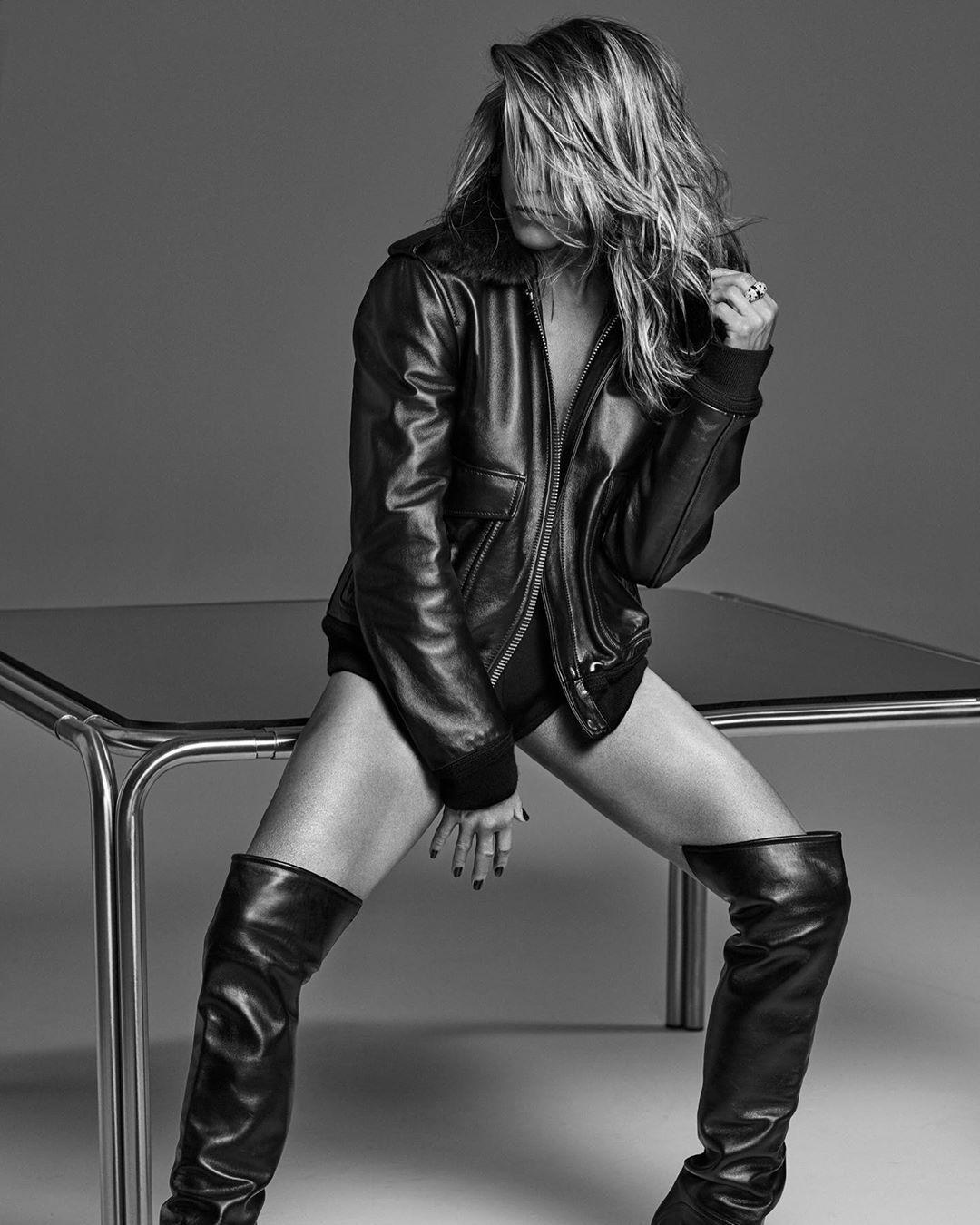 На обложке она позирует в кожаной куртке на голое тело / Instagram Дженнифер Энистон