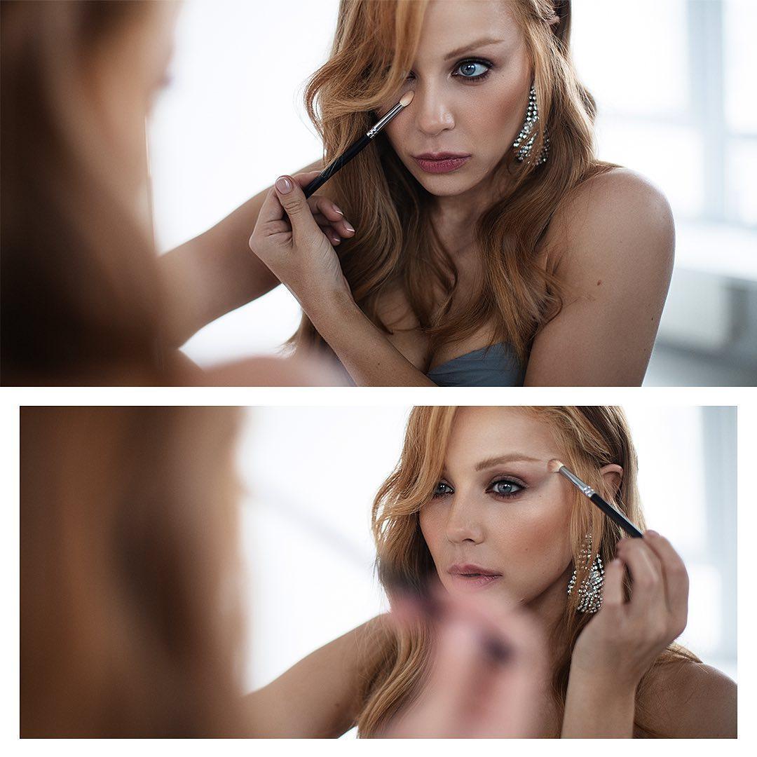 На фото певица изображена в платье с декольте во время нанесения макияжа / Instagram Тина Кароль
