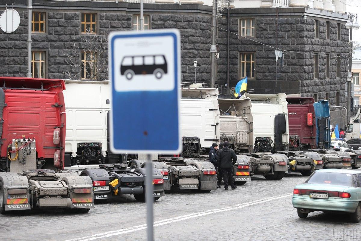 Главное требование дальнобойщиков было немедленно отменить неправомерное электронное бронирование разрешений / фото УНИАН