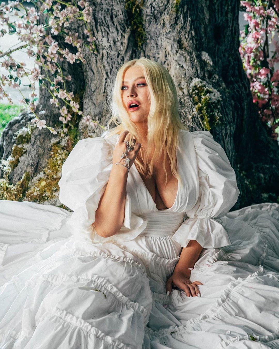 У кліпі співачка з'явилася в розкішному білому платті з глибоким декольте / Instagram Крістіна Агілера