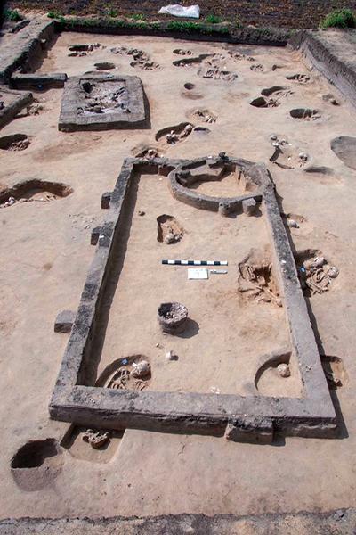 В захоронениях были найдены глиняные гробы и различная посуда / Фото: antiquities.gov.eg