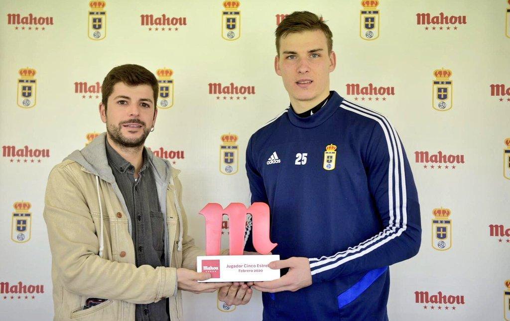 Андрій Лунін отримав приз від видання Futbol Mahou / фото: twitter.com/RealOviedo