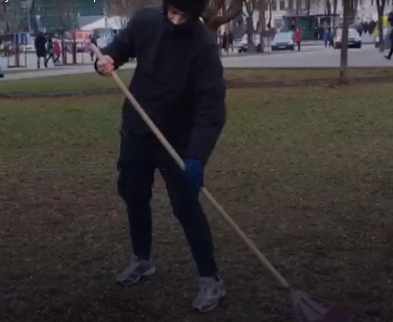 Сейчас парень убирает столичный Подол/ скриншот видео