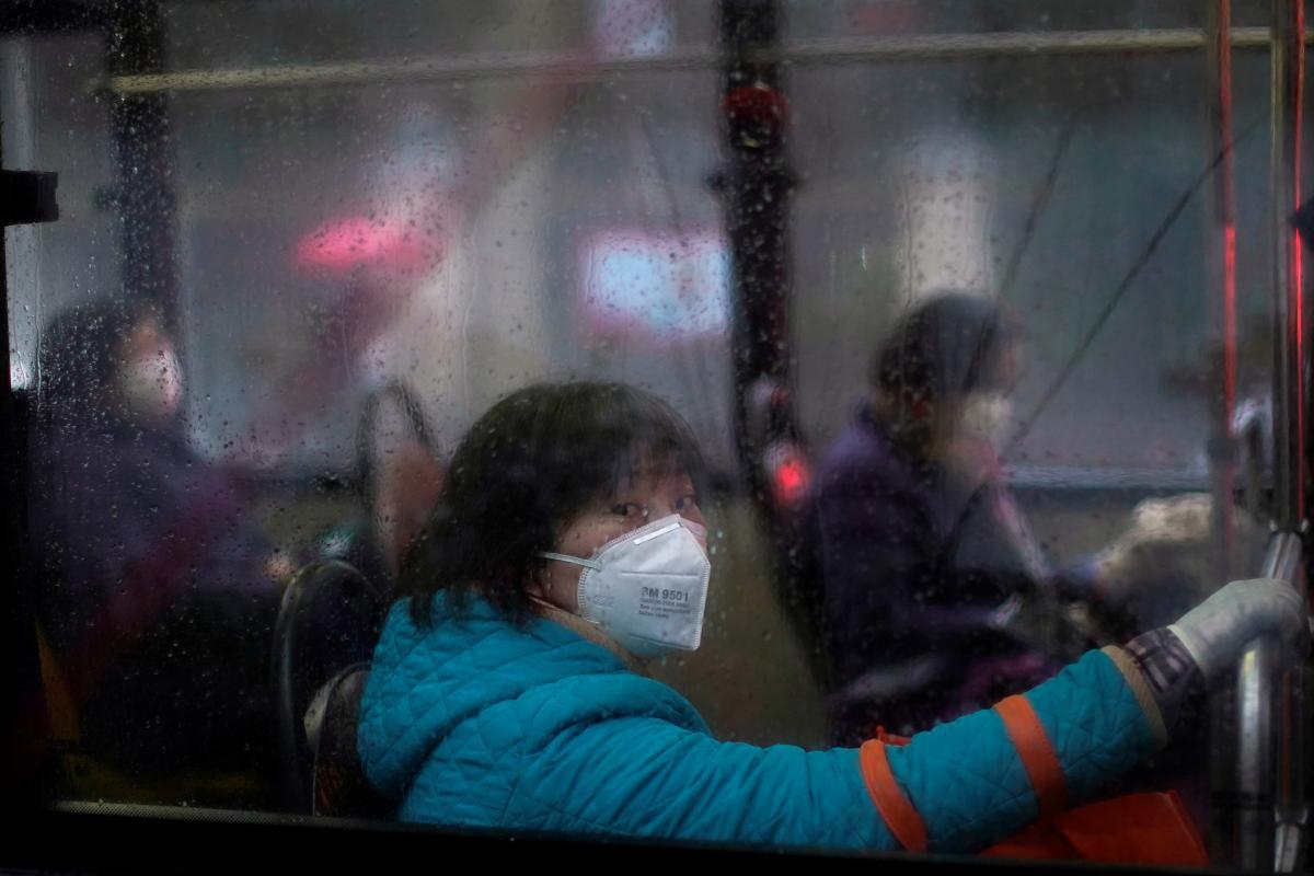 ученые ВОЗ и Китая назвали четыре возможных сценария передачи COVID-19 человеку / фото REUTERS