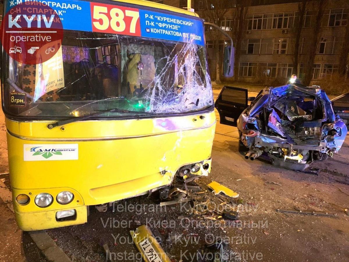 У Audi сильно повреждена задняя часть, а у маршрутки - передняя/ Фото: Киев оперативный