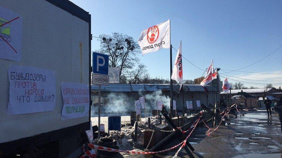 """Противники дороги через """"Барабашово"""" возвели баррикады / фото suspilne.media"""