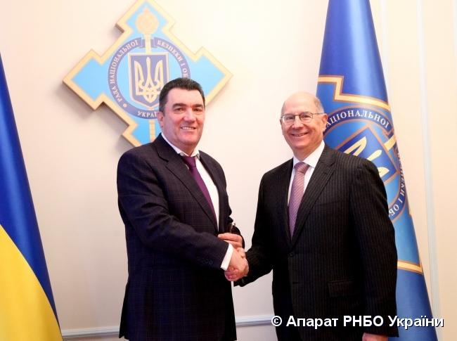 Алексей Данилов и старший советник США по вопросам военно-промышленного комплекса Украины Дональд Винтер / фото rnbo.gov.ua