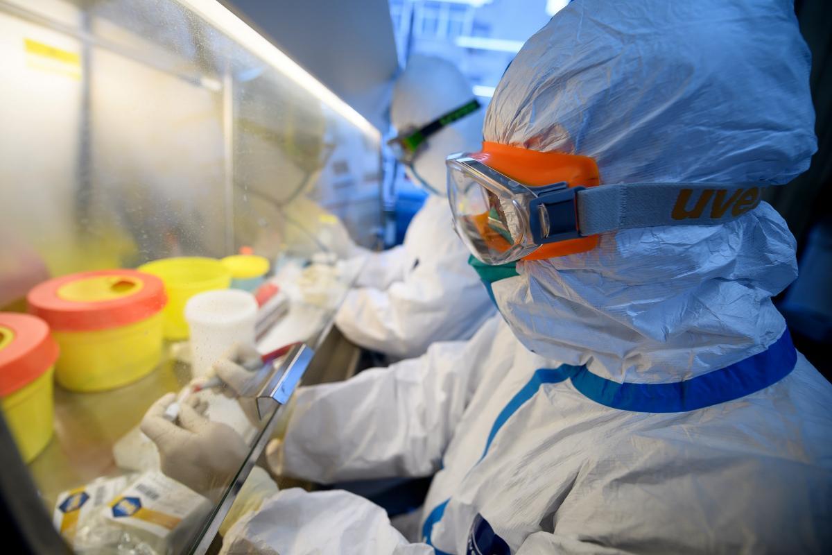 Пенсіонери - особливо вразливі до коронавірусу COVID-19 / Ілюстрація REUTERS