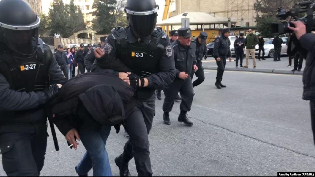 Затриманих вивозили в поліційних фургонах у віддалені місця / фото radiosvoboda.org