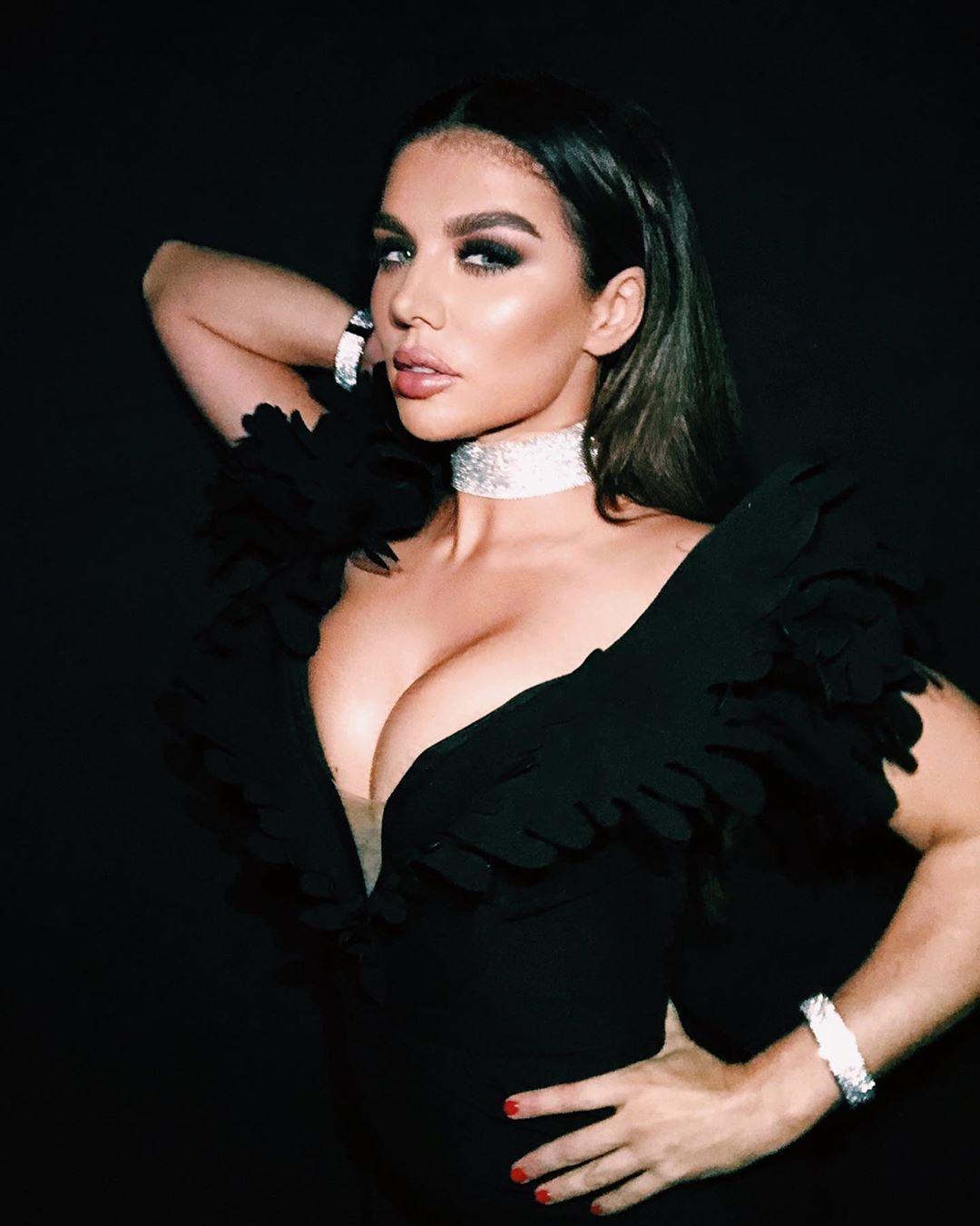 Седокова позировала в черном облегающем платье / Instagram Анна Седокова