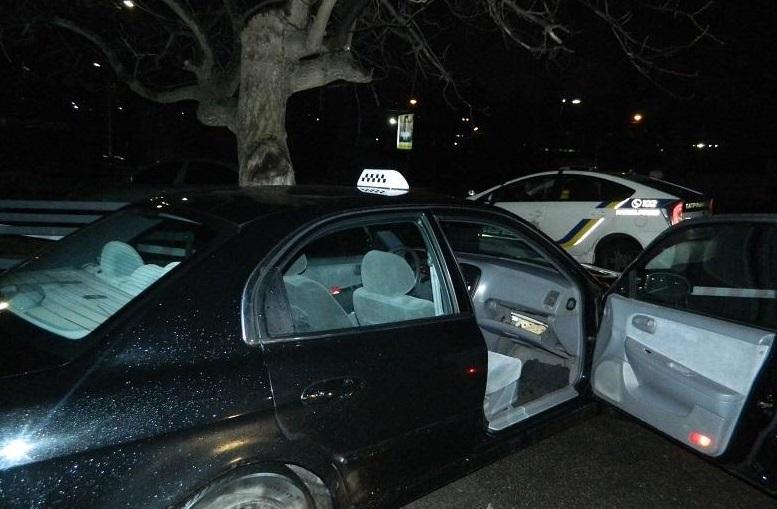 Угнанную машину нападавшие бросили в одном из дворов / фото: kyiv.npu.gov.ua