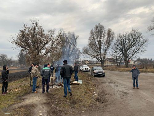 Вчера местные жители обустроили неподалеку санатория блокпост / фото ternopoliany.te.ua
