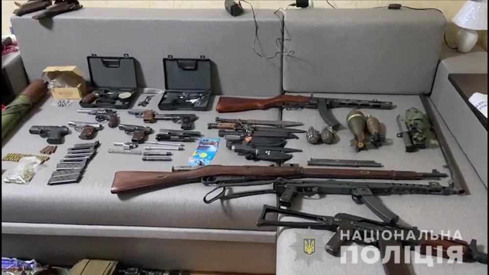 По месту жительства задержанного нашли целый арсенал оружия / Фото: Нацполиция