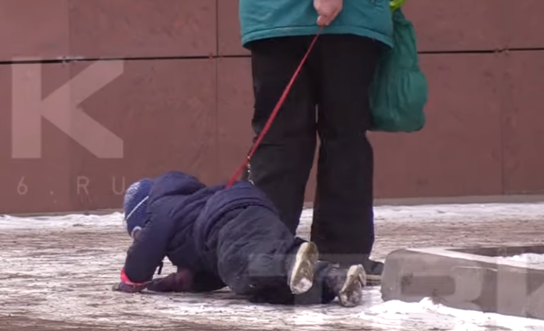 Во время волочения ребенок ударился о край бордюра и металлической скамейки / скриншот