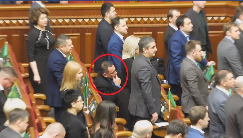 Бужанский не встал во время минуты молчания / скриншот