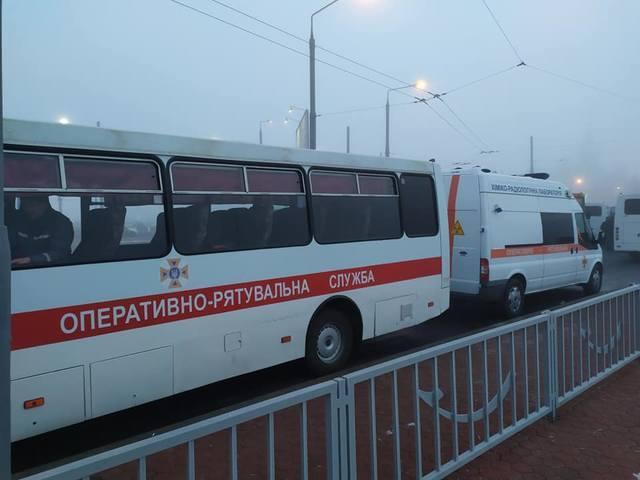 Возле харьковского аэропорта находятсямашины скорой помощи \ Татьяна Доцяк