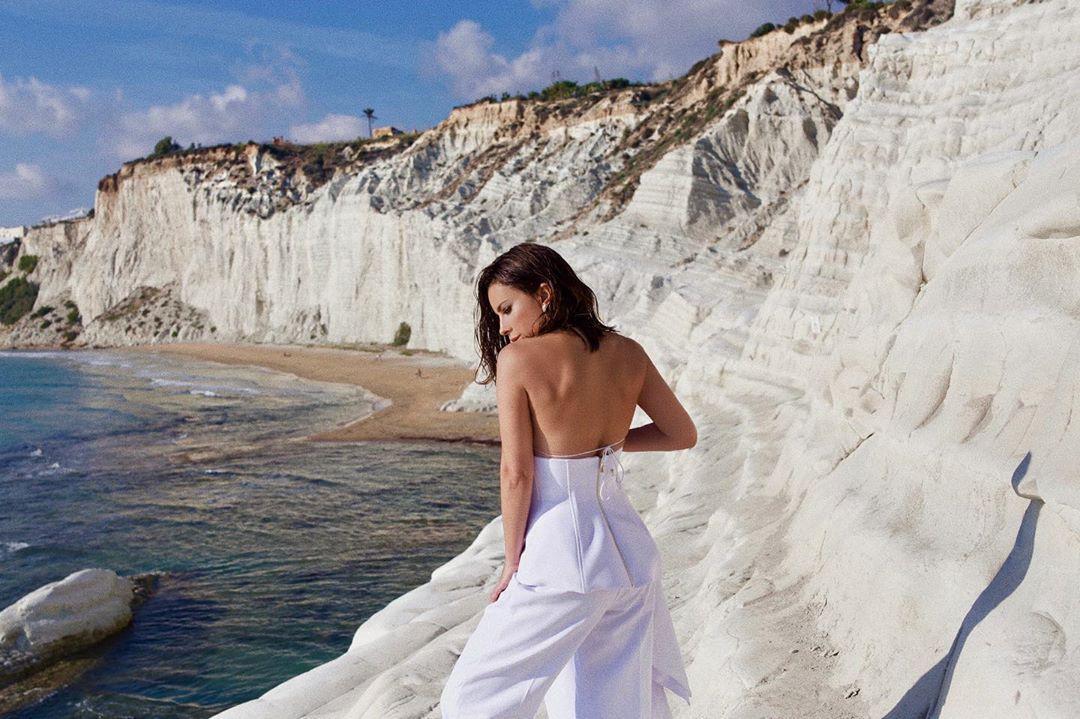 Певица появилась на кадрах в белоснежном наряде / Instagram Ани Лорак