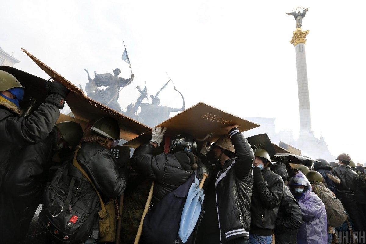 Против людей применяли слезоточивый газ и светошумовые гранаты / фото УНИАН