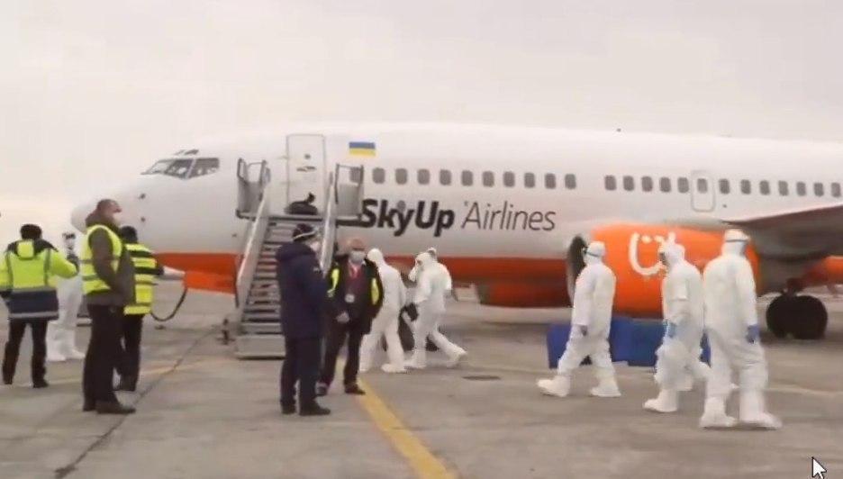 К самолету из Уханя подогнали трап / Скриншот из видео