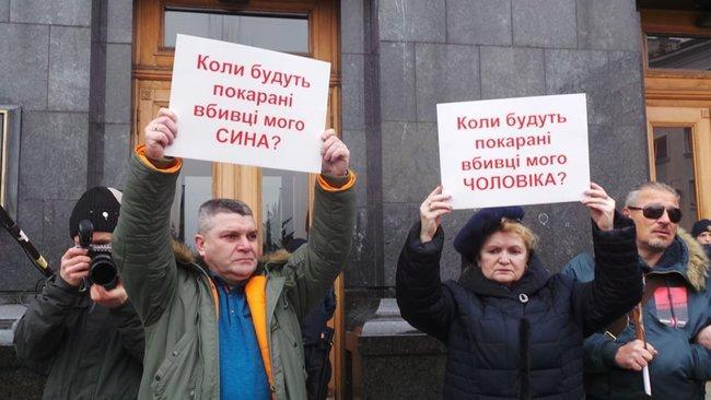 Участники мероприятия держат в руках небольшие плакаты с вопросами / Фото: Цензор.Нет