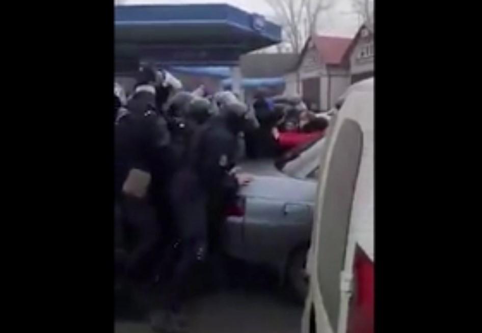 По его данным, силовики пытаются отодвинуть транспорт жителей с дороги/ скриншот из видео