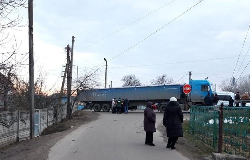 Присутствующие на месте происшествия заявили, что грузовик сломался и его не могут отремонтировать / фото kolo.news