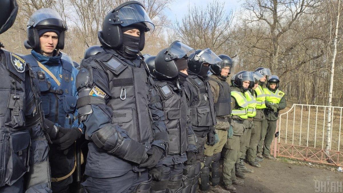 По данным Авакова во время протестов в Новых Санжарах более 10 полицейских получили тяжелые ранения / УНИАН
