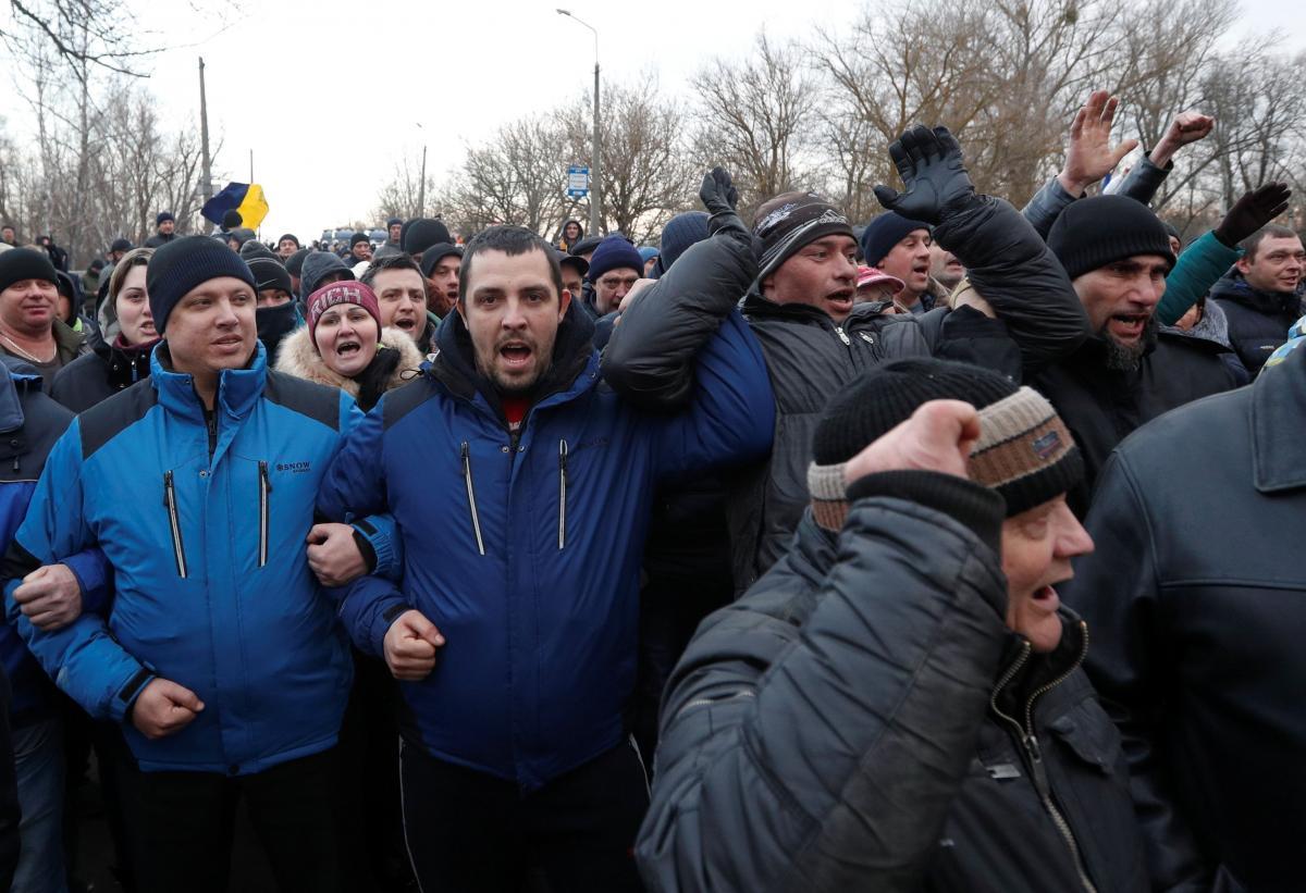 20 февраля в Новых Санжарах местные жители протестовали против прибытия эвакуированных из Китая украинцев / REUTERS