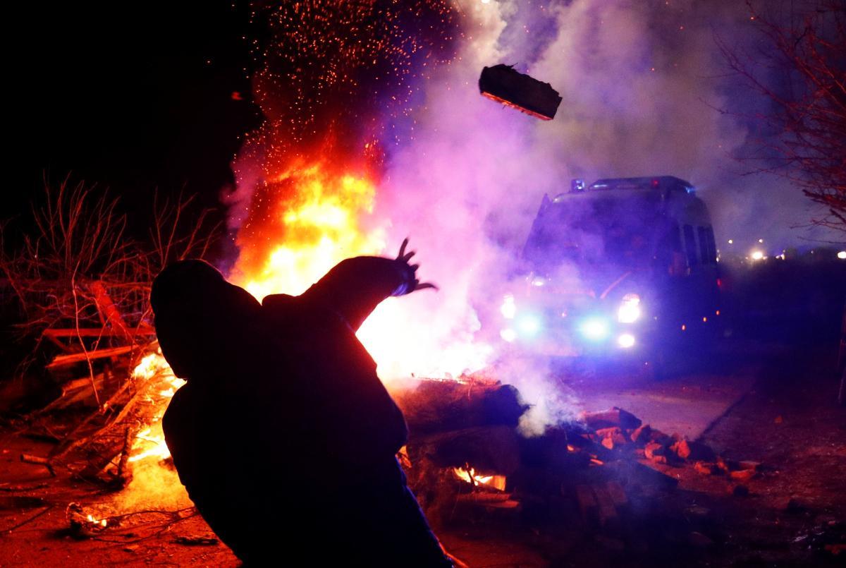 Обсервация украинцев в Новых Санжарах вылалсь в протесты местных жителей / фото REUTERS