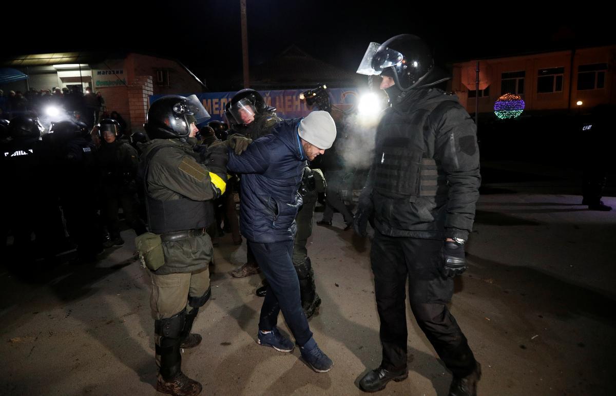 В больнице находятся пятеро пострадавших из-за столкновения полицейских / фото REUTERS