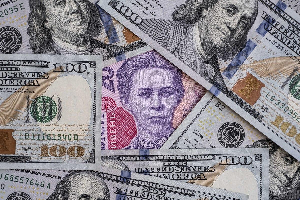 Офіційна гривня продовжує дешевшати до долара та євро / фото УНІАН