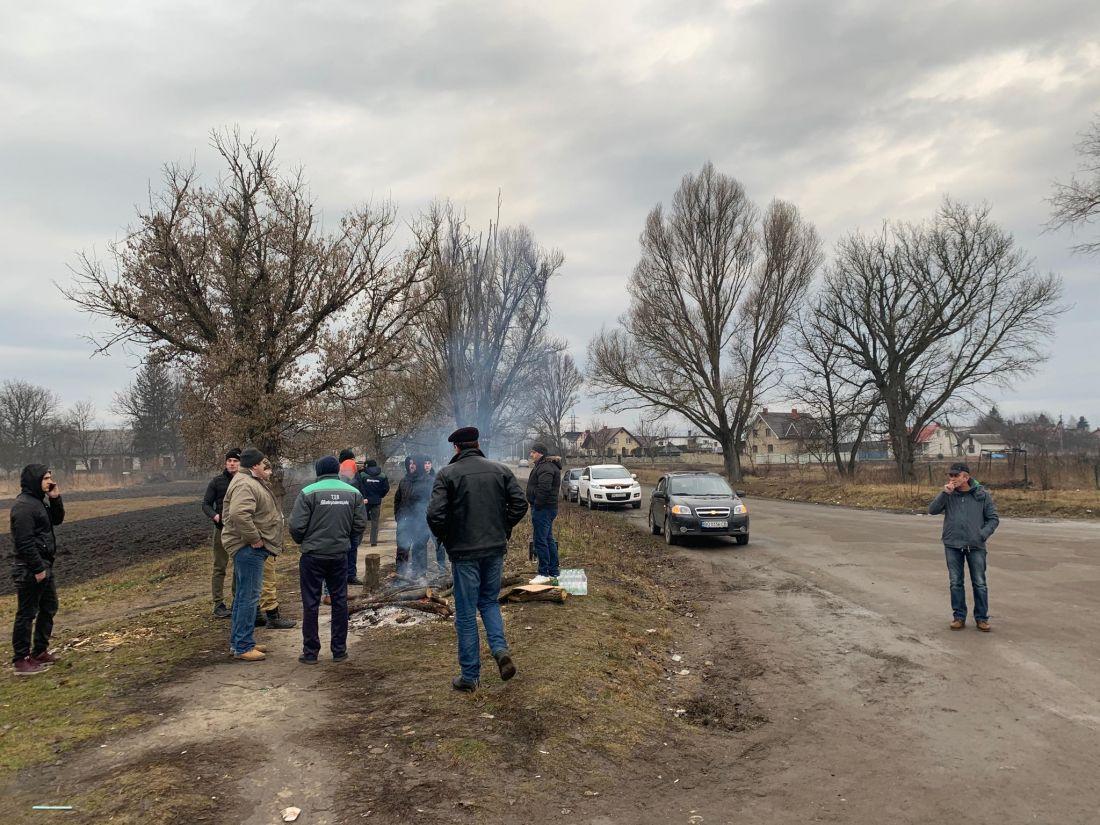 Сегодня утром люди начали разбирать блокпост / фото ternopoliany.te.ua