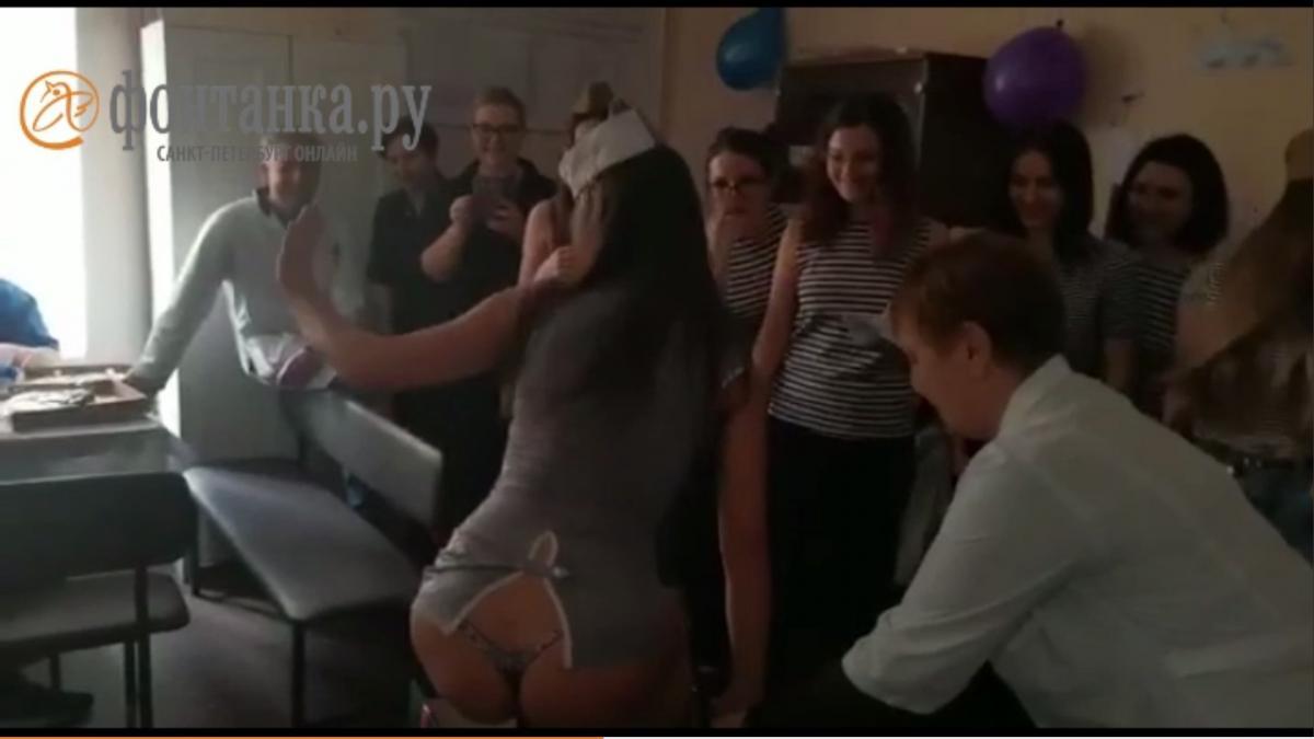 Дівчина в костюмі морячки з'явилася з коробки, після чого почала танцювати / скріншот з відео